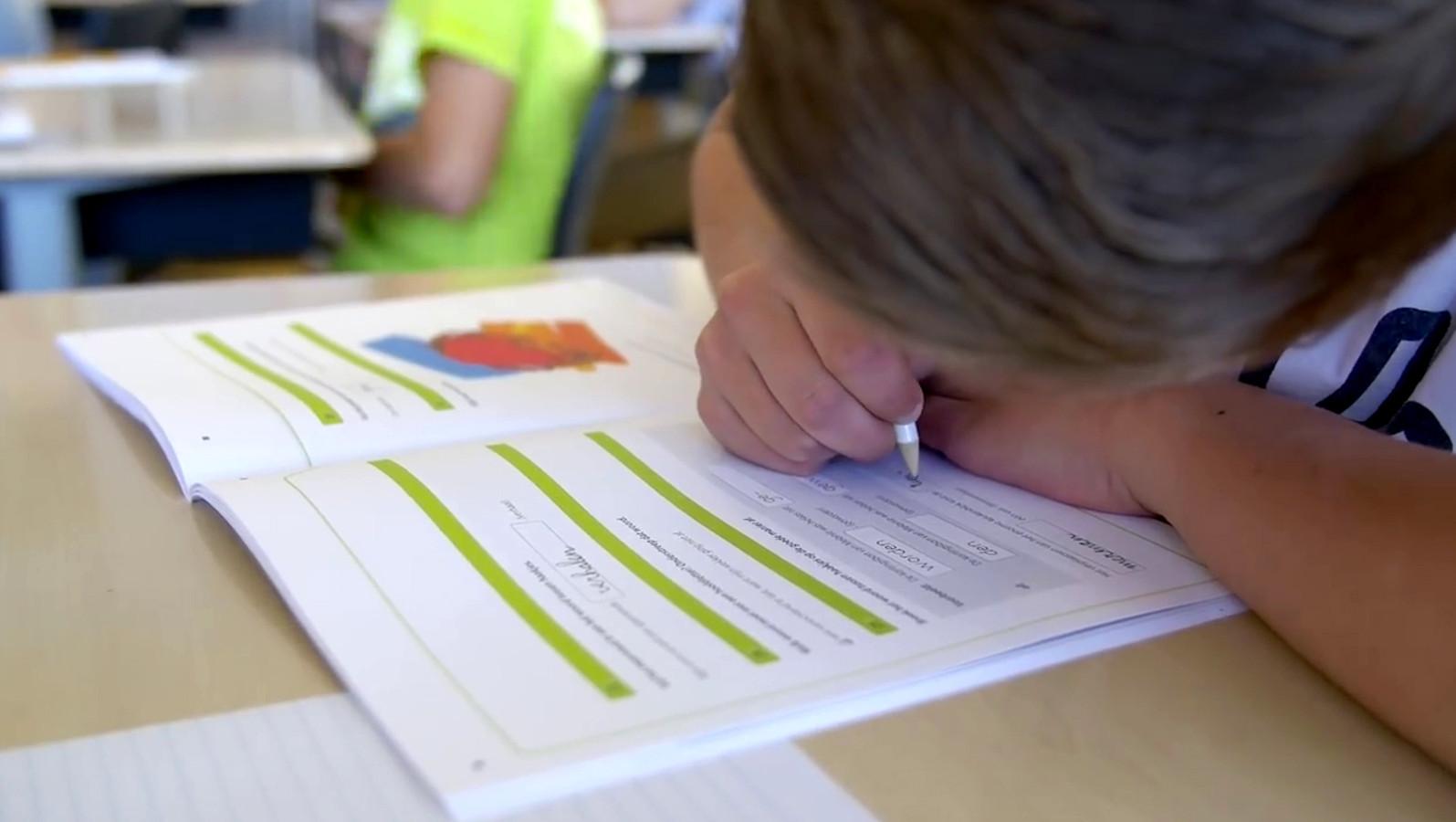 Een kind maakt de IEP-eindtoets.