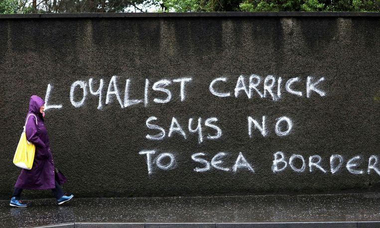 Graffiti in de Noord-Ierse plaats Carrickfergus 'zegt nee tegen zeegrens' tussen Noord-Ierland en Groot-Brittannië.  Beeld AP