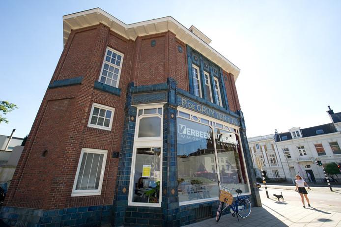 De voormalige De Gruyter-winkel aan het Mariaplein in Nijmegen. Binnen hangt een rij tegeltableaus.