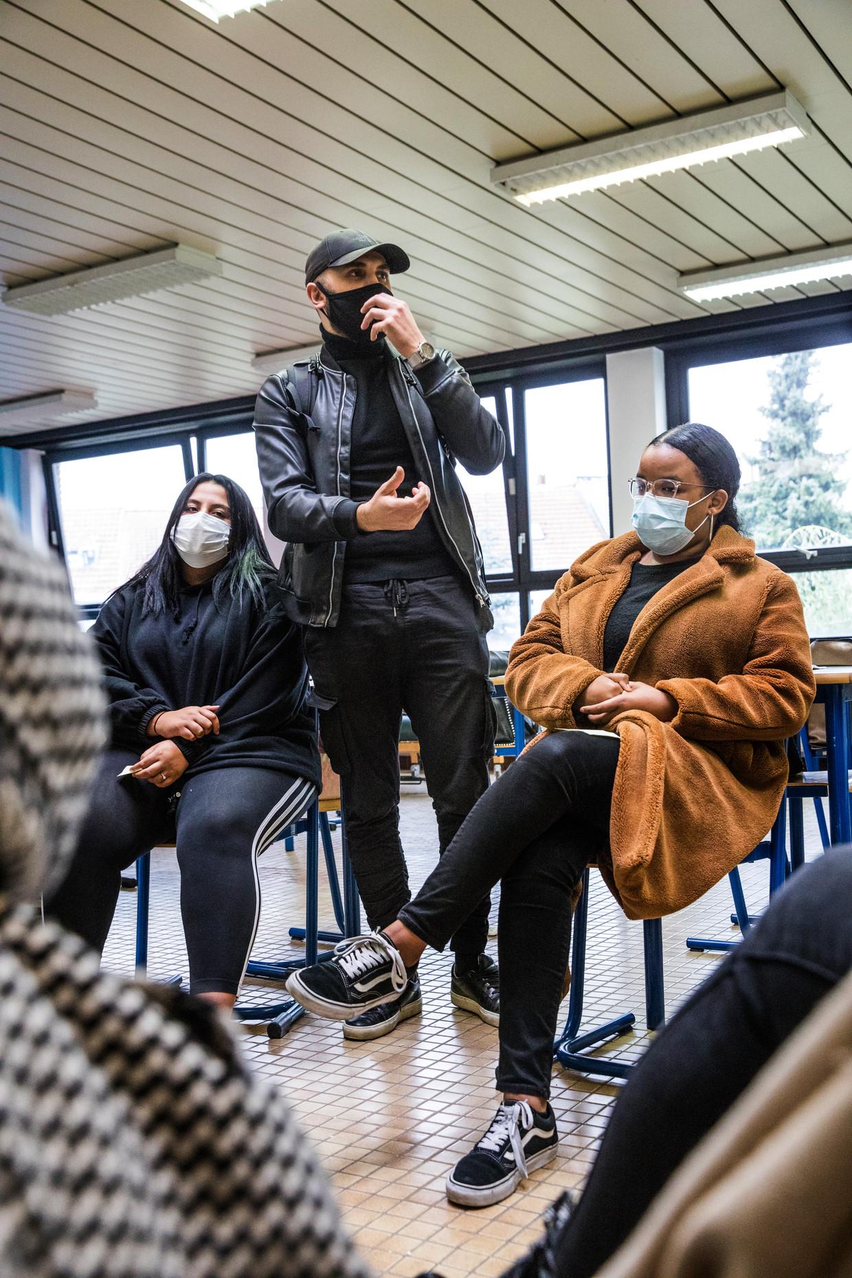 Radicaliseringsexpert Montasser AlDe'emeh voert al jaren klasgesprekken in Brusselse scholen: 'Ze weten dat ik hun niets wil opdringen.' Beeld Aurélie Geurts