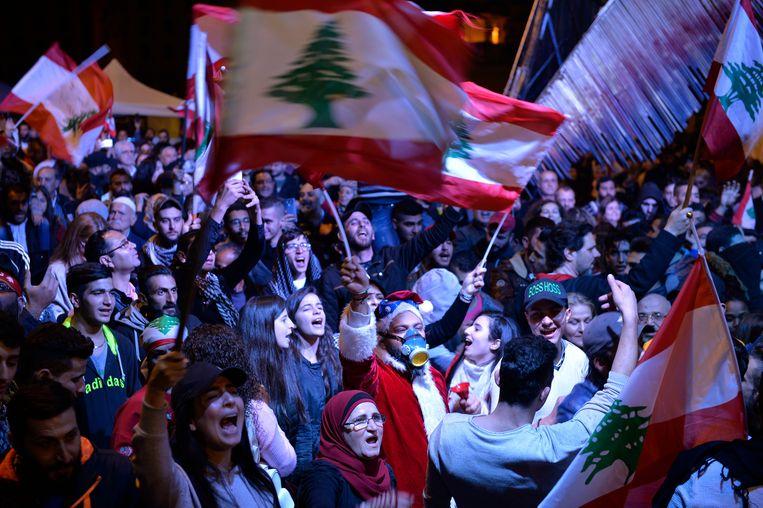 Demonstranten wapperen met nationale vlaggen in Beirut, Libanon. Beeld EPA