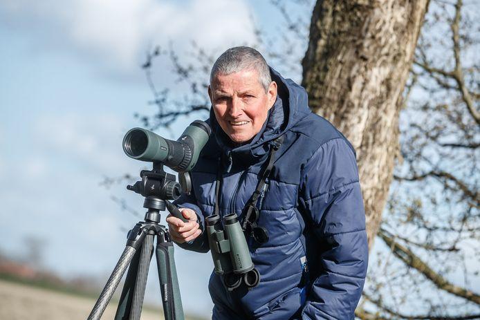 René Jongmans is van de vogelwerkgroep van de IVN Etten-Leur en omstreken. Hij adviseert iedereen een nieuwe thuishobby te starten: vogels kijken in de eigen achtertuin.