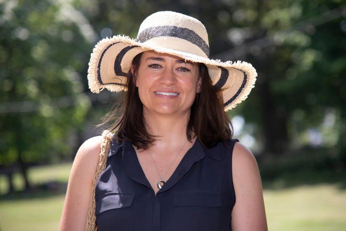 Trish Salisbury, met een hoed tegen de warmte.