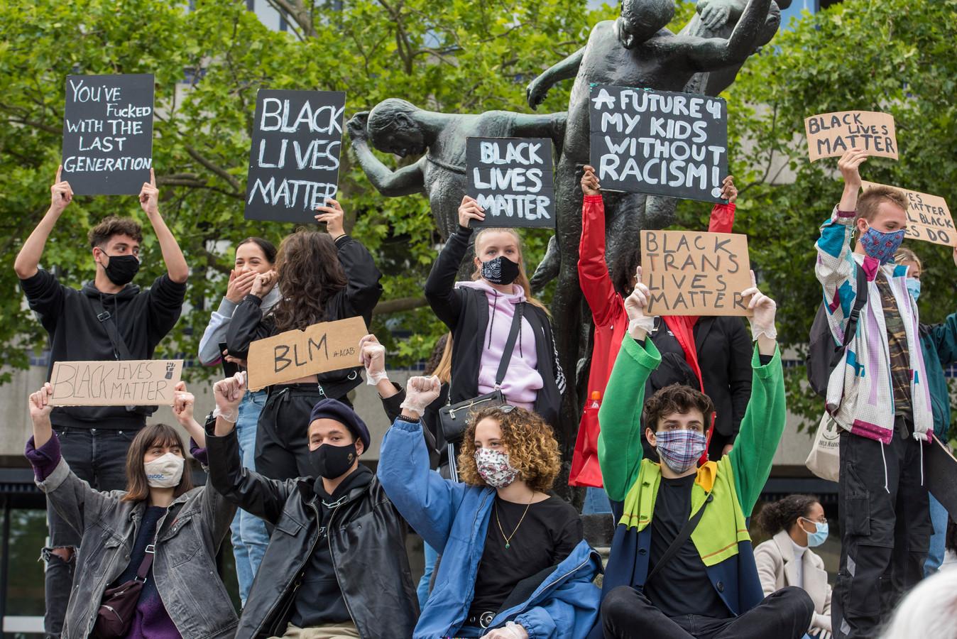 Veel jongeren deden mee aan de demonstratie Black Lives Matter op het Stadhuisplein in Eindhoven. Via de jongerenambassadeurs Jong040 krijgen jongeren dinsdag ook een stem binnen in het stadhuis, als het gaat om diversiteit.
