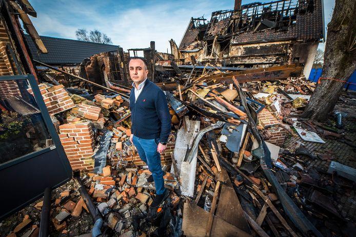 Eigenaar Jivar Misikian bij zijn afgebrande restaurant De Kruidentuin.