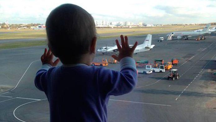 Darina op het vliegveld in Sint-Petersburg, voor het toestel opsteeg. De foto gaat rond op sociale media en is het symbool van rouw geworden om de slachtoffers van de vliegtuigcrash.