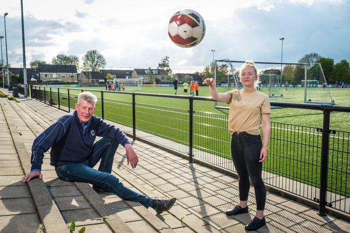 Rieneke Uitslag (rechts) naast Tonny Vos, accomodatiebeheerder bij WHC. Op de velden in Wezep wordt vanaf 21 mei zomeravondvoetbal gespeeld door de jeugd.