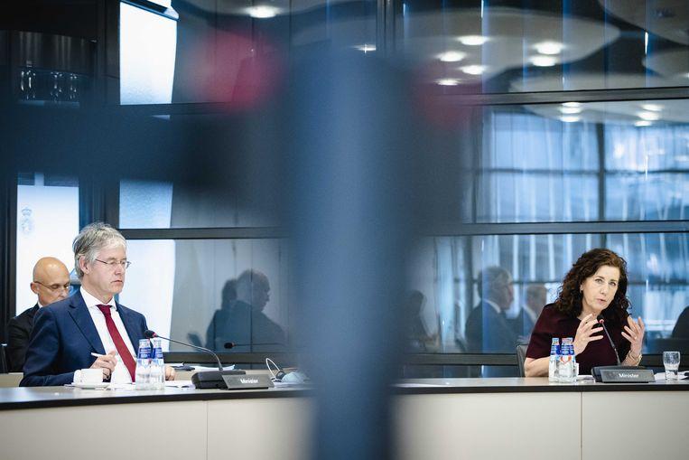 Ministers Arie Slob en Ingrid van Engelshoven tijdens het Kamerdebat over het Nationaal Programma Onderwijsachterstanden.  Beeld ANP