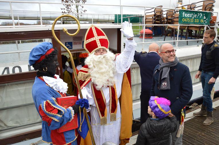Sinterklaas stapt aan wal.