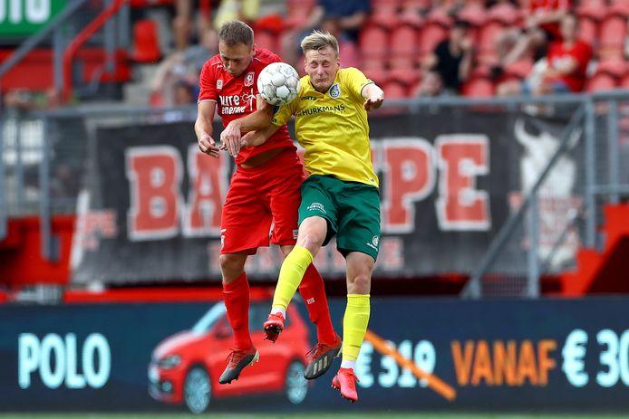 Xandro Schenk gaat zonder problemen de duels aan, zoals hier maandag met aanvaller Rasmus Karjalainen van Fortuna Sittard.