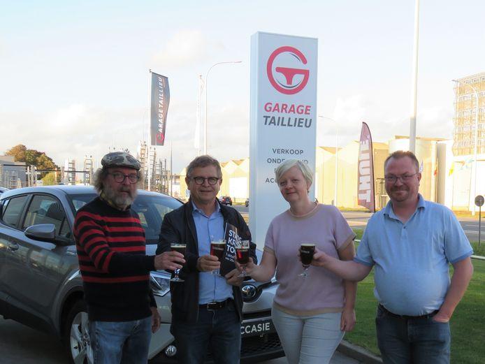 Robrecht Vanhuyse, Rudi Ghequire en Veerle en Tom Taillieu toosten op een succesvolle 12e Rodenbach Stadskroegentocht.