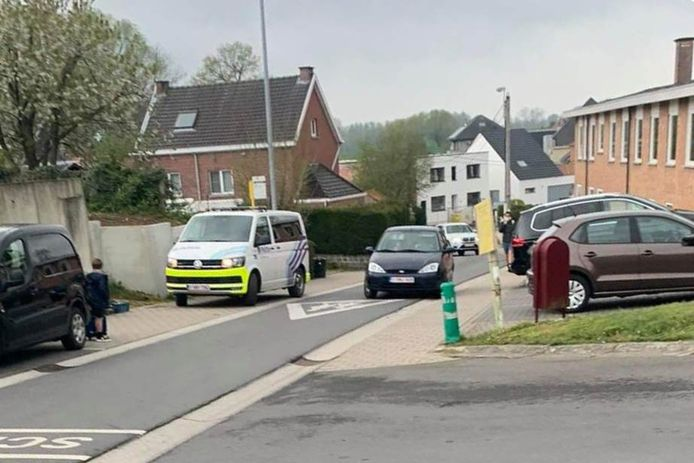 Aan de Sint-Vincentiusschool in Aaigem werd een politiecombi gefotografeerd die op het voetpad stond.