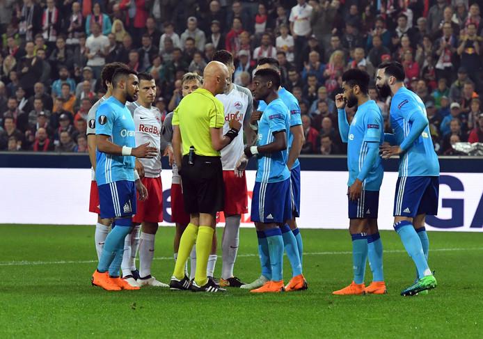 Sergei Karasev in gesprek met de spelers van RB Salzburg en Olympique Marseille.