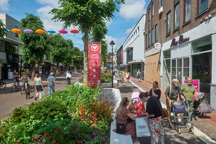 De fraai opgeknapte Marktstraat in Uden, een van de belangrijkste winkelstraten in het aangewezen 'kernwinkelgebied'.