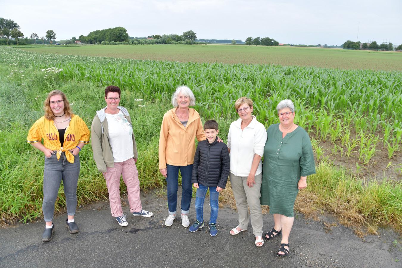 Omwonenden zijn tegen het zonnepark dat aan de Maaidijk (het veld in de achtergrond) in Oostburg moet komen. Tonny Schoone staat tweede van rechts.