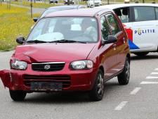 Twee auto's botsen op elkaar op kruising in Oss