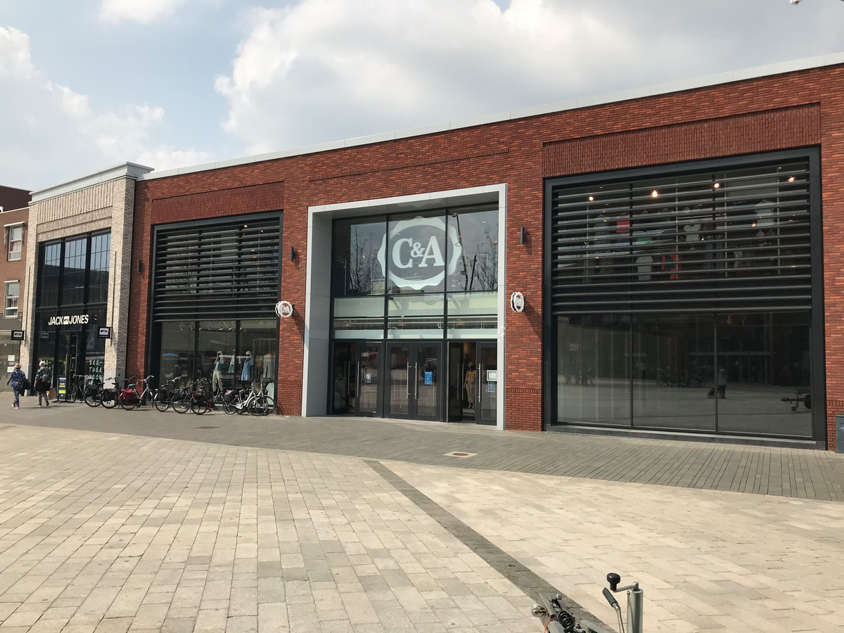 C&A gaat verbouwen, maar hoe het pand op het Van Heekplein er straks uit komt te zien is nog een raadsel.