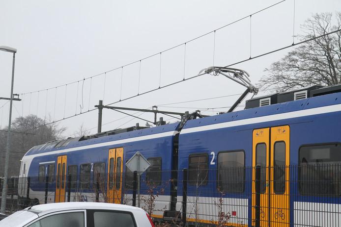 Trein bij Deurne kan niet verder. Geen stroom op bovenleiding door ijzel.