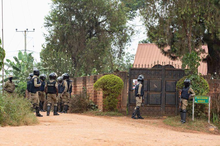Veiligheidstroepen staan voor de poort van Bobi Wines huis in een buitenwijk van de Oegandese hoofdstad Kampala. Beeld Getty Images