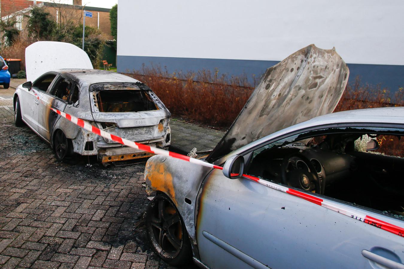De auto's in de Leeuwerikstraat in Alblasserdam zijn total loss na de brand.