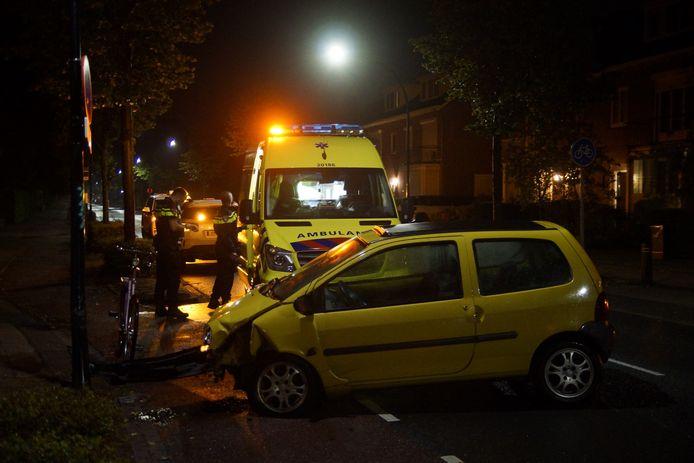 De automobilist ramde een lantaarnpaal.