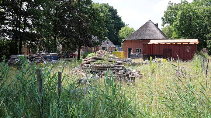 De historische boerderij van Bart Claassen aan de Heuvelstraat in Schijndel. Hij woont zelf tijdelijk in een woonuit bij de boerderij.