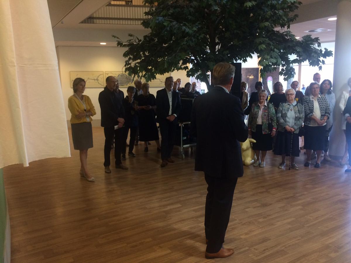 Peter Bennemeer, schenker van het kunstwerk, spreekt de gasten toe voordat het kunstwerk onthuld wordt.