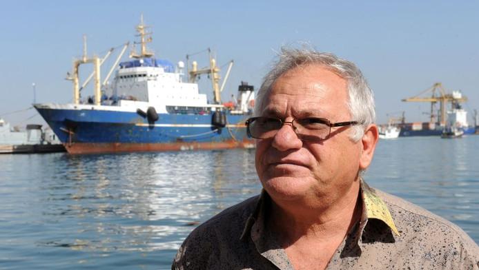 De Senegalese minister van Visserij Haïdar El-Ali bij de Russische trawler 'Oleg Najdenov' in Dakar.