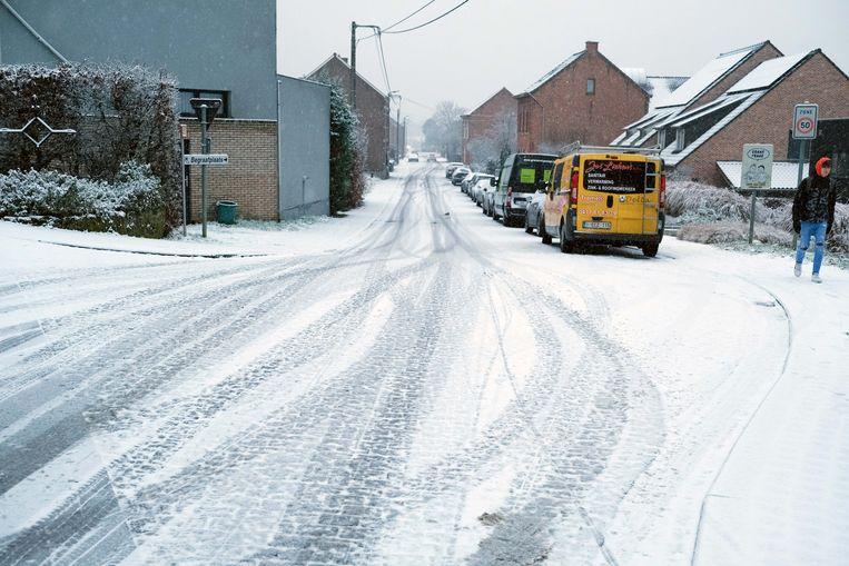 In het Langeveld in Holsbeek moesten wandelaars, fietsers en bestuurders goed opletten om niet weg te glijden.