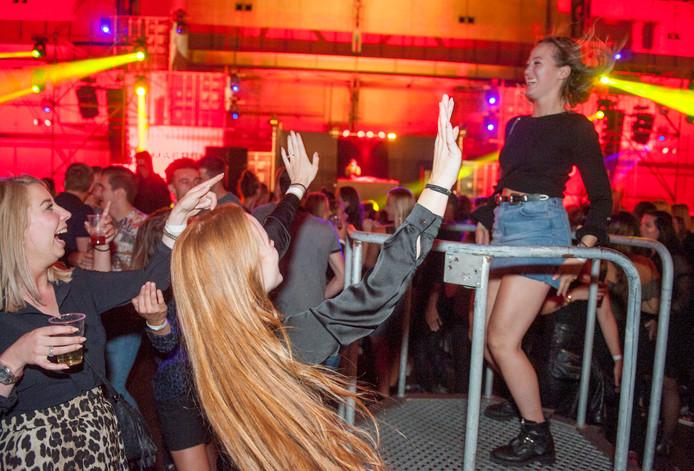 Dames gaan uit hun dak tijdens het After Summer Festival in de Vlissingse Machinefabriek vorig jaar.