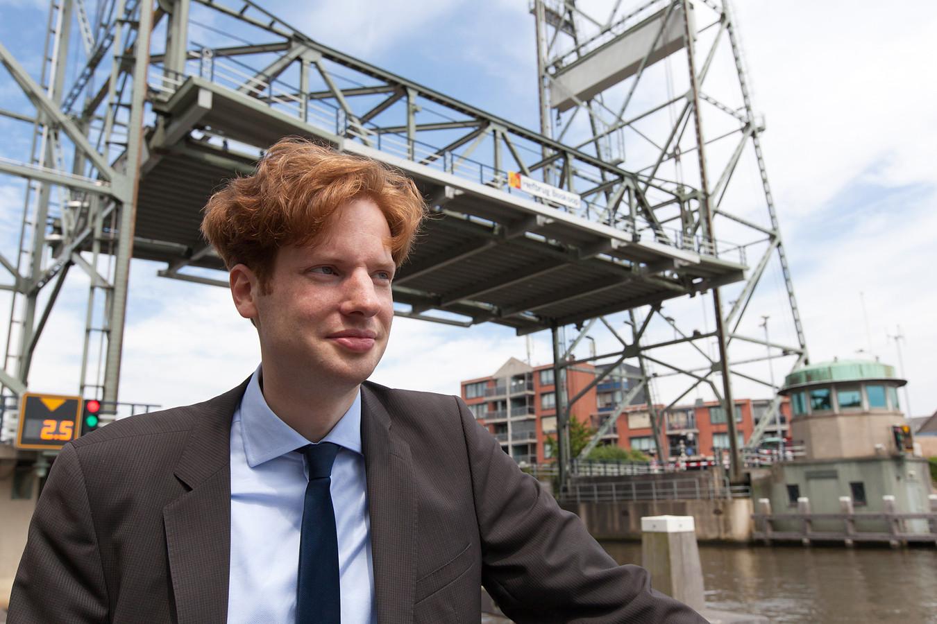 Gedeputeerde van Zuid-Holland Floor Vermeulen, voor de hefbrug van Boskoop.