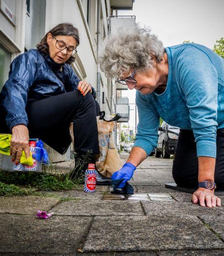 Rotterdammers poetsen struikelstenen voor herdenking oorlogsslachtoffers: 'Waarschuwing voor  racisme'
