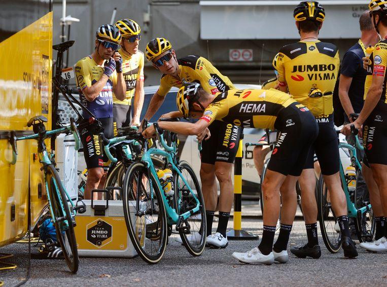 Wout van Aert (m.) met zijn ploegmaats van Jumbo-Visma en hun Bianchi's, op de tweede rustdag van de Tour.  Beeld Photo News