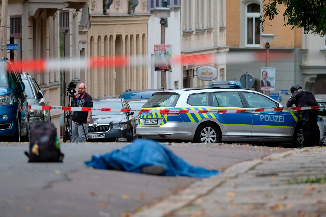 Een van de dodelijke slachtoffers ligt op straat in Halle.