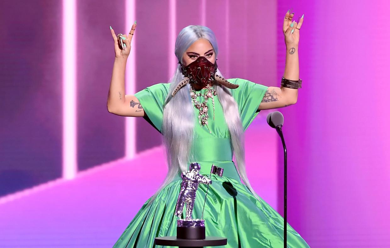 Lady Gaga tijdens het in ontvangst nemen van één van haar gewonnen prijzen tijdens de MTV Video Music Awards. Beeld Getty Images for MTV