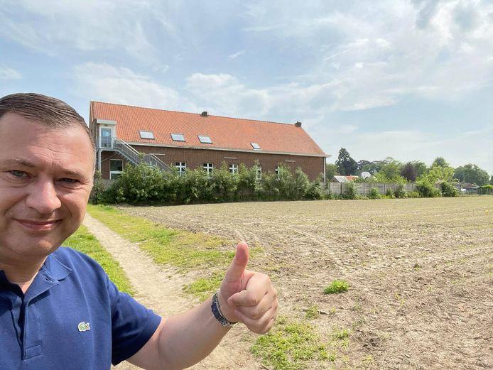 Burgemeester Peter Reekmans aan het terrein achter de school dat de gemeente zal aankopen.