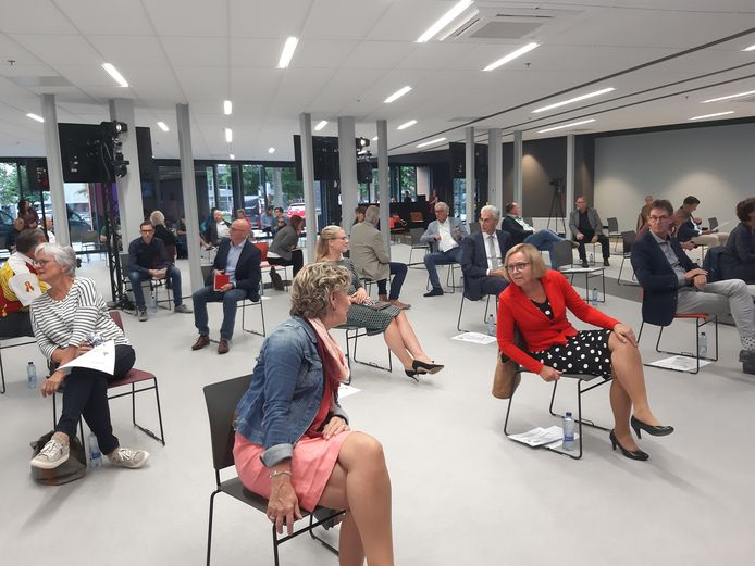Een onderonsje tussen de burgemeesters Corry van Rhee-Oud Ammerveld van Druten (met spijkerjack) en Marijke van Beek van Wijchen (met rood jasje), voorafgaand aan een gezamenlijke vergadering van de twee gemeenteraden, afgelopen zomer.