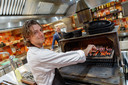 Chef-kok Roeland van Houten bij de Josper, het hart van de keuken.