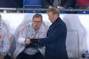 Dwight Lodeweges (l) neemt samen met Ronald Koeman de plannen door voor de slotfase van het Nations Leagueduel met Duitsland.