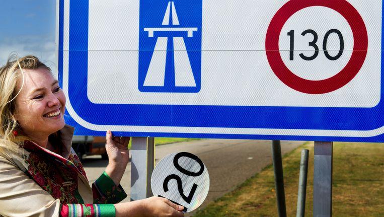 Minister van Verkeer Melanie Schultz van Haegen onthult het 130 kilometerbord bij de grensovergang Zandvliet aan de A4. Beeld anp