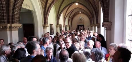 Kloostergang van trappisten volgepakt met bewonderaars van omstreden kruisweg
