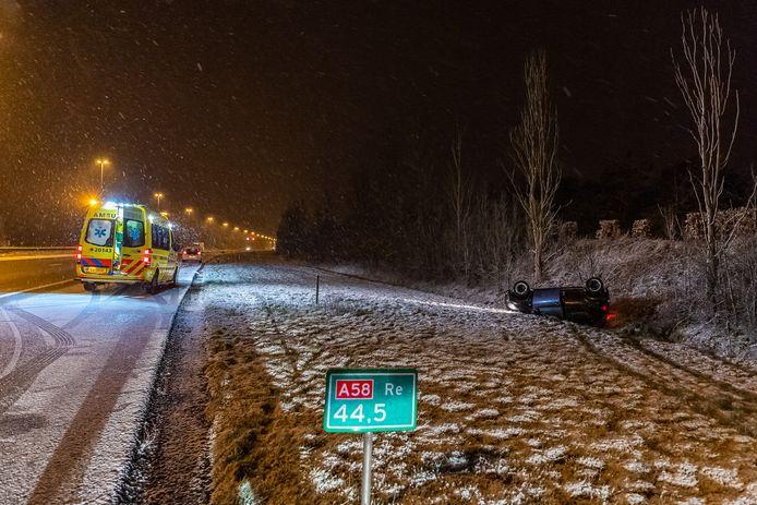 Auto belandt op zijn kop door de gladheid en sneeuw