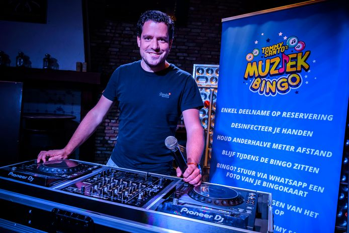 Tom Kuypers, alias dj Tommy Santo, verzon de muziekbingo. Zaterdag te beleven bij café De Brouwer in Moergestel.