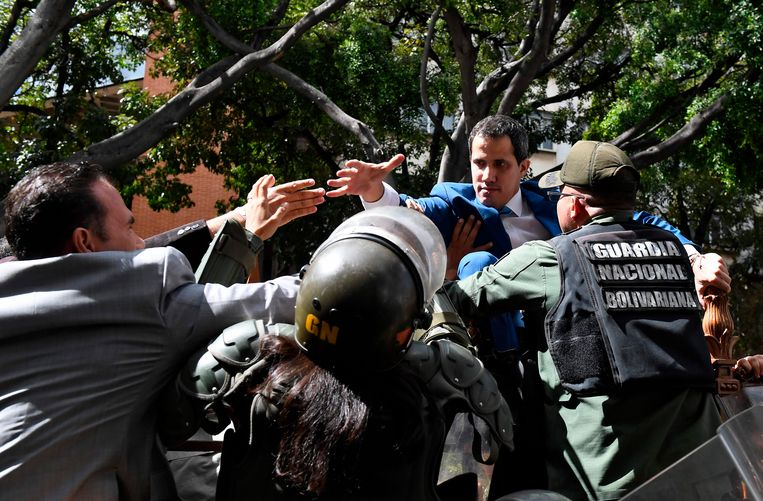 Venezolaanse militairen verhinderen de intrede van Guaidó in het parlement, waar zondag werd gestemd over het voorzitterschap. Beeld AFP