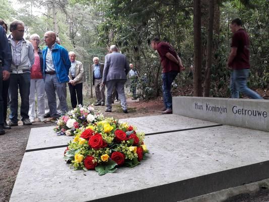 De zwagers Otto Ernst Gelder graaf Van Limburg  Stirum en Alexander baron Schimmelpenninck van der Oije liggen naast elkaar begraven vlakbij de plek waar ze door een Duits executiepeloton op 15 augustus 1942 werden doodgeschoten.