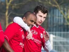 Hulzense Boys-speler draait bal in kruising, SVVN'er tackelt per ongeluk
