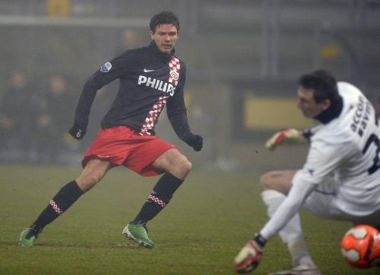 Keeper Przemyslaw Tyton van Roda JC Kerkrade (R) komt te laat op de inzet van Marcus Berg (L) van PSV, die 1-2 scoort. ANP Beeld