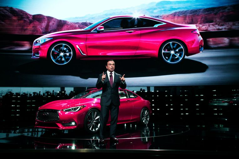 Januari 2016: Carlos Ghosn onthult op het NAIAS-autosalon in Detroit de nieuwe Infiniti Q60. Beeld Getty Images