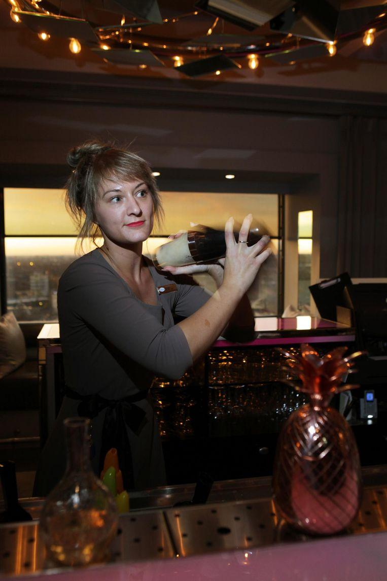 Annabel van der Laak maakt cocktails in Twenty Third, de bar bovenin het hotel Beeld Jan Dirk van der Burg