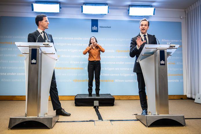 Een van de persconferenties van Mark Rutte en Hugo de Jonge aan het begin van de coronacrisis.
